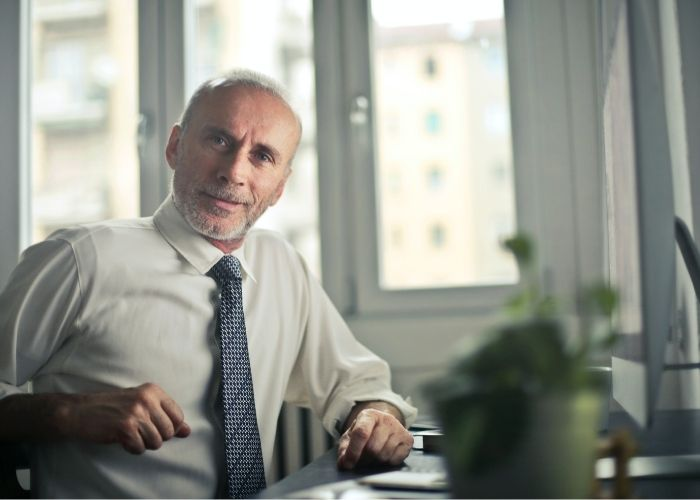 ¿Cómo contratar personal mayor de 60 años?